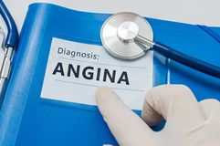 Diagnosis de la angina de pecho en carpeta azul con el estetoscopio imagenes de archivo