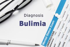 Diagnostic de boulimie Résultats de l'examen mental de statut, conteneur avec les pilules emiettées avec la boulimie psychiatriqu photographie stock libre de droits