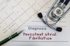 Diagnostic de la fibrillation auriculaire persistante Le stéthoscope, le stylo vert et l'électrocardiogramme se trouvent sur la f Photo libre de droits
