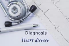 Diagnostic de maladie cardiaque Le stéthoscope, l'électrocardiogramme imprimé et le stylo sont sur la forme médicale de papier où Photos stock