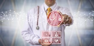 Diagnosticador masculino que usa o estetoscópio virtual App imagem de stock royalty free