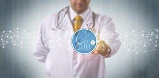 Diagnostician som aktiverar den faktiska stetoskopet App Arkivfoto