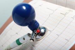 Diagnostics d'ECG sur les médecins de bureau Images libres de droits