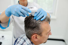Diagnostiekhaar en scalp Trihoskopiya royalty-vrije stock foto