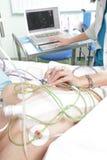 Diagnostik av en tålmodig i en sjukhussal. Arkivbild
