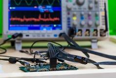 Diagnostik och reparation för strömkretsbräde arkivbilder