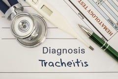 DiagnosTracheitis Stetoskop elektronisk termometer, tålmodiga blodprovresultat som ligger på medicinsk historia, som är skriftlig arkivfoto