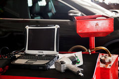 Diagnostyczni maszynowi narzędzia przygotowywający używać z samochodem w tle Obraz Royalty Free