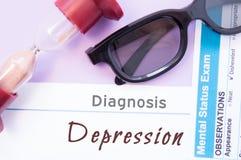 Diagnoza depresja Hourglass, doktorscy szkła, umysłowy statusu egzamin jest pobliskim wpisowym depresją Przyczyny, objawy, diagno Obrazy Royalty Free