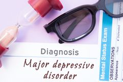 Diagnoza Ważny Depressive nieład Hourglass, doktorscy szkła, umysłowy statusu egzamin jest pobliskim inskrypcją Ważny Depressive  Fotografia Stock