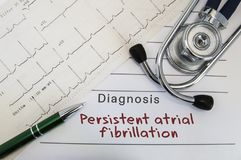 Diagnoza Wytrwały atrial fibrillation Stetoskop, zieleni pióro i elektrokardiogram, kłamamy na medycznej formie z diagnozą Pe zdjęcie royalty free