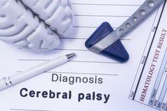Diagnozy Cerebralny palsy Oblicza mózg, neurologiczny młot, drukujący na papierowym badaniu krwi pisać diagnozie Cerebralny palsy obrazy stock