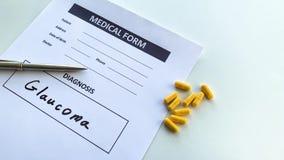 Diagnozy jaskra w medycznej formie na doktorskim biurku zdjęcie wideo