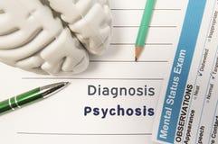 Diagnozy psychoza Postać ludzki mózg, rezultat umysłowy statusu egzamin, pióro i ołówek, otaczał pisać psychiatryczną diagnozę fotografia stock