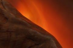 Diagonaal fragment van een kroonslak op een oranje achtergrond Stock Fotografie