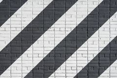 Diagonaal geschilderde bakstenenoppervlakte van muur in zwart-witte kleur, als graffiti Grafische grungetextuur van muur stock fotografie