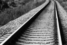 Diagonaal zwart-wit spoorwegspoor Royalty-vrije Stock Afbeelding