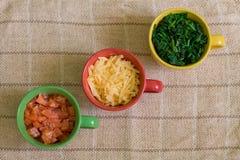 Diagonal de ingredientes en tazas coloridas Fotos de archivo