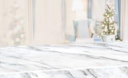 Diagonal de mármore da tabela com a decoração morna da sala de visitas do sumário da árvore de Natal com fundo do borrão da árvor fotos de stock royalty free