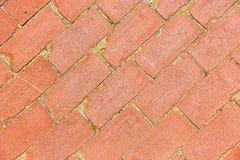 A diagonal envelheceu o teste padrão da passagem do tijolo vermelho fotografia de stock royalty free