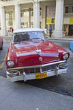 Diagonal parkering för röd klassisk kubansk bil i gata Royaltyfri Foto