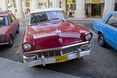 Diagonal parkering för röd klassisk kubansk bil i gata 3 Arkivbild