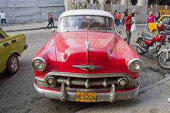 Diagonal parkering för röd klassisk kubansk bil i gata 2 Arkivfoton