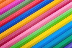 Diagonal rad av färgrika blyertspennor Arkivbild