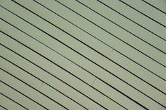 Diagonal textur för grönt gammalt trä som bakgrund bräde planka arkivbilder