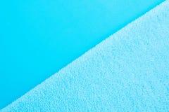 Diagonale Achtergrond van twee types van blauwe stof - maak en griep glad stock fotografie