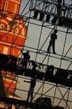Diagonale Ansicht über Arbeitskräfte auf Stadiumsbau planiert an Moskau-Rotem Platz vor Kathedrale Vasiliy Blazhenniy Arbeitskräf lizenzfreie stockbilder