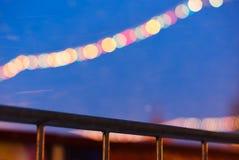 Diagonale Grenze mit Beleuchtung des neuen Jahres auf rotes Quadrat bokeh b Lizenzfreies Stockbild