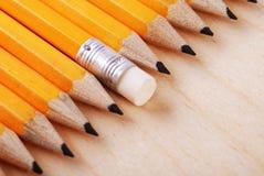 Diagonale Gruppe der Bleistifte und des Radiergummis Lizenzfreie Stockfotografie