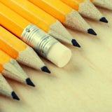 Diagonale Gruppe der Bleistifte und des Radiergummis Lizenzfreie Stockbilder