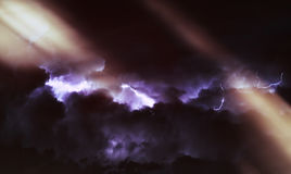 Diagonale levendige lichtstralen in dramatische cloudscape Stock Fotografie