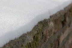 Diagonale lijn van sneeuw op bakstenen royalty-vrije stock foto