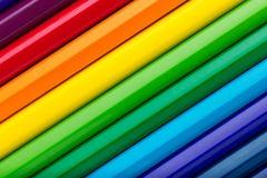 Diagonale Reihe von bunten Bleistiften Lizenzfreie Stockfotos