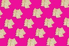 Diagonale Reihen von Haufen des vorbereiteten vareniki mit Kartoffel- oder Hüttenkäse oder Fleisch oder Kohl lizenzfreies stockbild