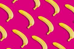 Diagonale rijen van vele verse gehele rijpe bananen stock foto's