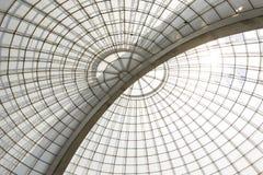 Diagonale Struktur der symmetrischen Haube des Gewächshauses von unterhalb gesehen stockfotografie