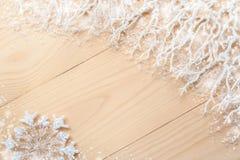 Diagonale unbemalte hölzerne Planken, weiße eisige Niederlassungen mit Schnee im Raum der äußersten Rechte, der Schneeflocke und  Stockfoto