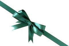Diagonale verde dell'angolo dell'arco del nastro del regalo isolata su fondo bianco Fotografie Stock
