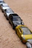 Diagonale Zeile der Autos Stockfoto