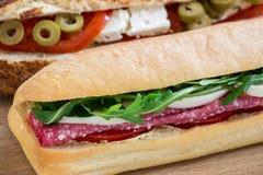 Diagonalement un sandwich derrière l'autre 2 sandwichs différents Images libres de droits