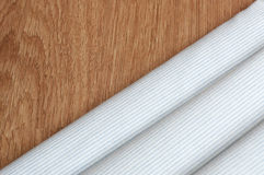 Diagonalen fodrar mönstrar Blått- och vitbandet texturerar bakgrund som är nära upp på teakträträbakgrunden Arkivfoto