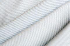 Diagonalen fodrar mönstrar Blått- och vitbandet texturerar nära övre för bakgrund Arkivbild