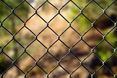 Diagonaler Diamond Pattern Chain Link Fence außerhalb der Grenze Stockfoto