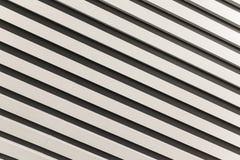 Diagonalmente hacia abajo con las rayas blancos y negros Foto de archivo libre de regalías