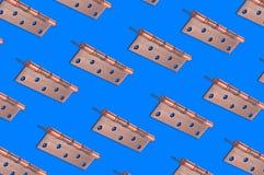 Diagonalni rzędy metalu brązu drzwiowi zawiasy obraz royalty free