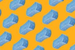 Diagonalni rzędy porowate błękitne gąbki na kolorze żółtym ilustracja wektor